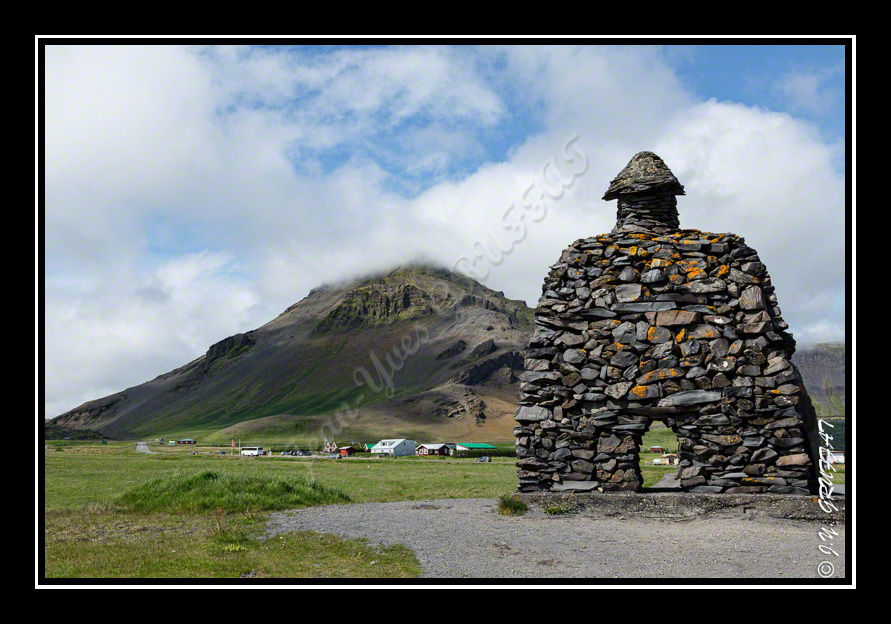Stone Statue of Bárður and the Stapafell (hidden in the clouds)